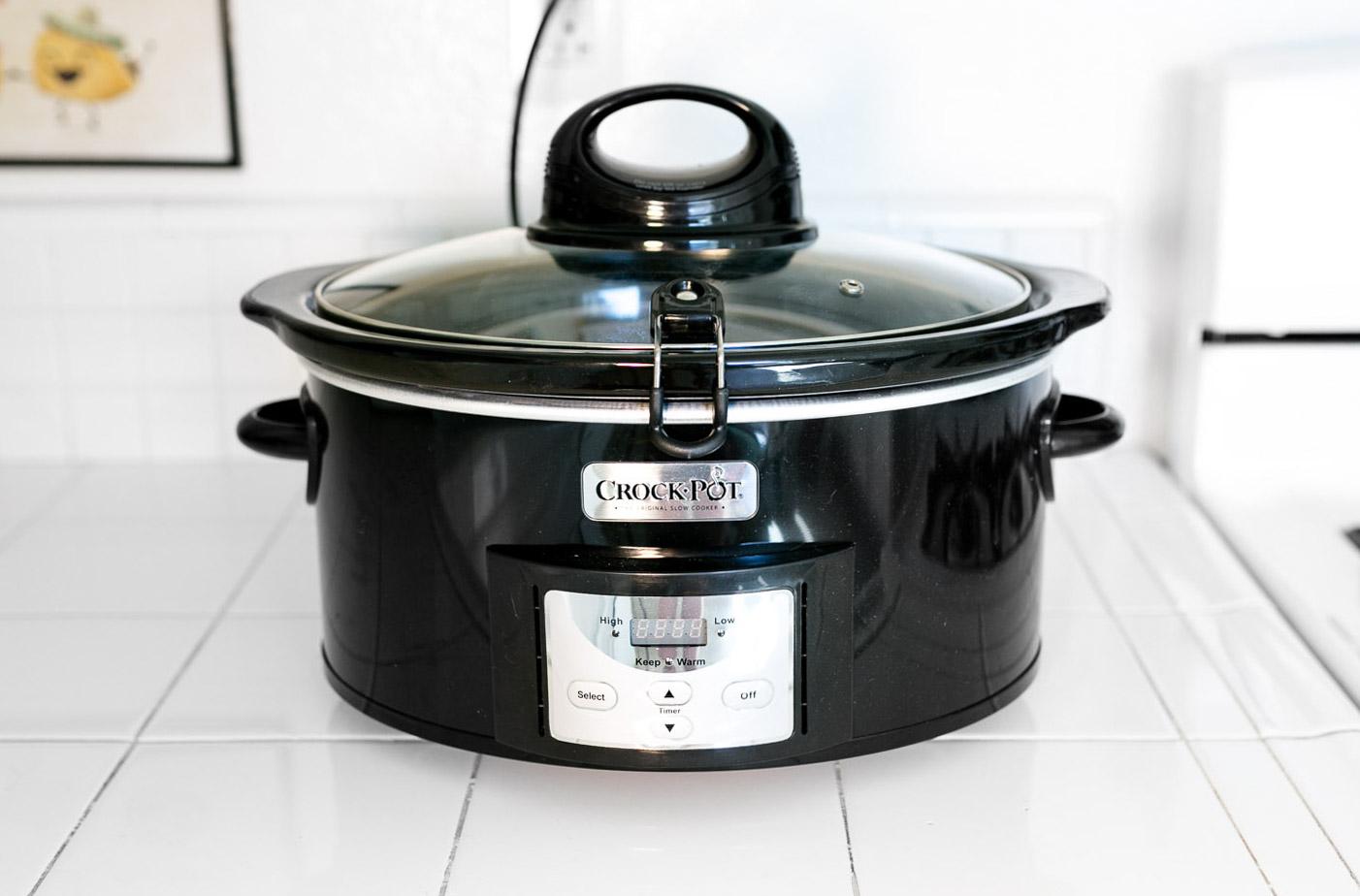 Crock pot with lid fastener
