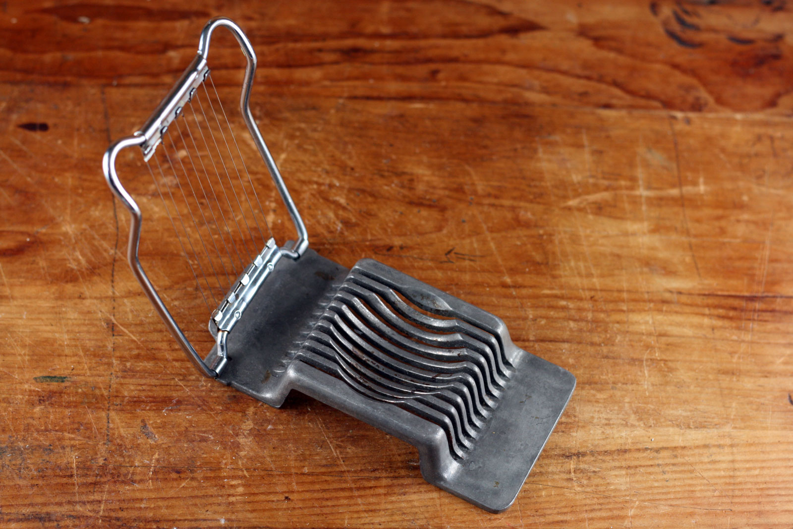 Metal egg slicer