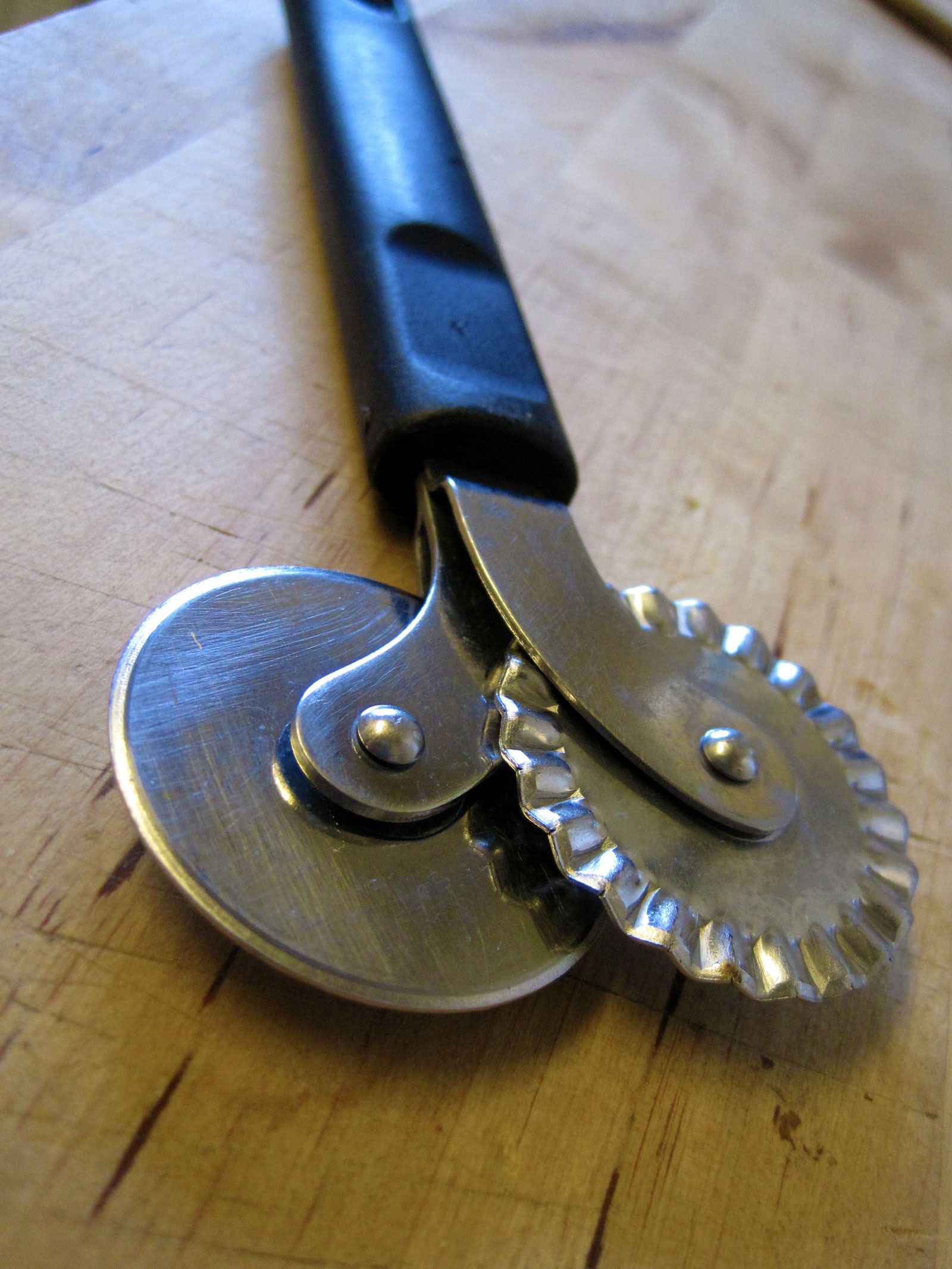 Dual pastry wheel / pastry jigger