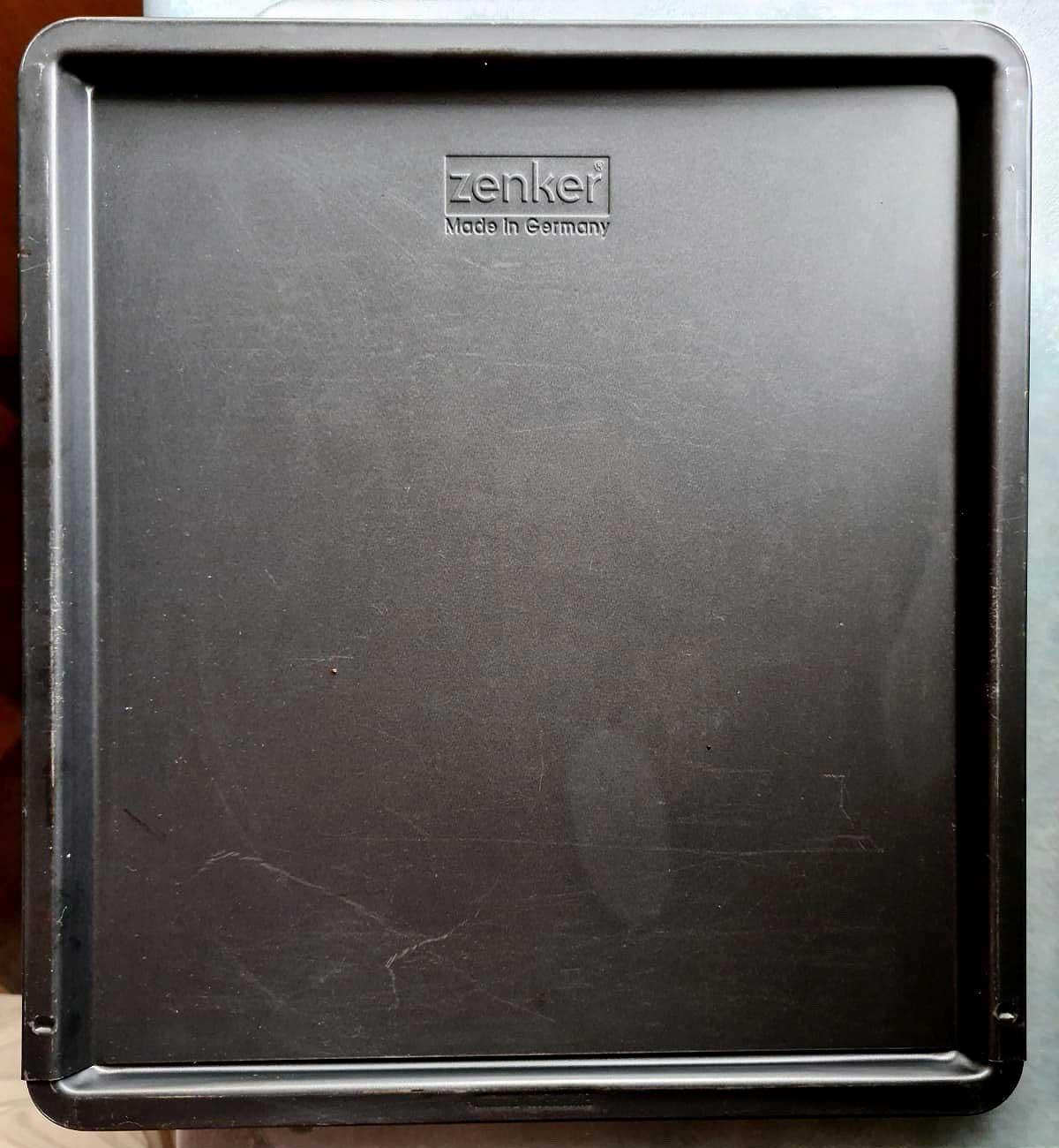 Expandable baking tray
