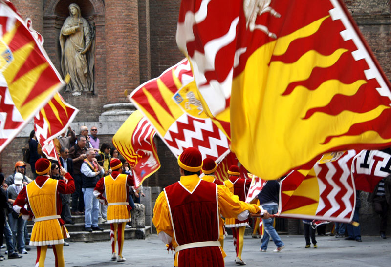 Marchers from the Valdimontone district of Siena